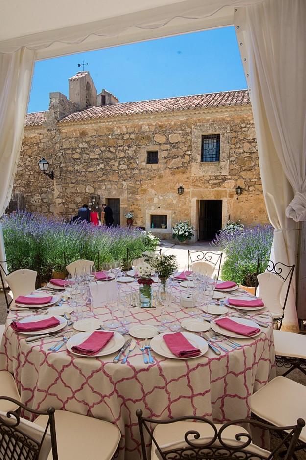Aparece la finca y una mesa con toda la mantelería y cubertería colocada para empezar a degustar el menú.