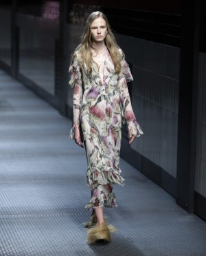 Uno de los vestidos impregnados de flores nostálgicas, con sandalias de pelo largo.