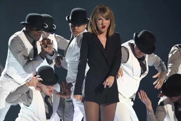 Taylor Swift abrió el evento con una espectacular actuación donde interpretó su éxito Blank Space.
