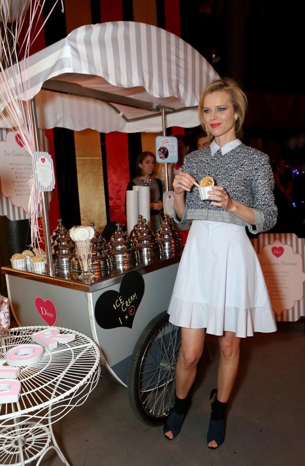 Eva Herzigova con un helado del puesto de Dior.