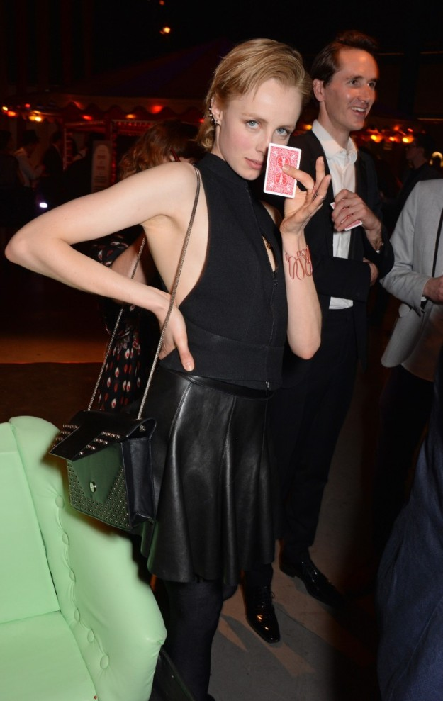 La modelo Edie Campbell con su carta del futuro.