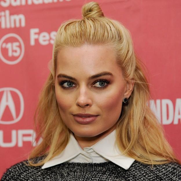 Peinados para situaciones de trabajo: Margot Robbie y su semirrecogido fácil tendencia con moñito exprés