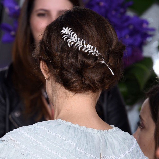 Peinados para ir a la oficina: Keira Knightley, recogido messy adornado para cenas de empresa o citas afterwork