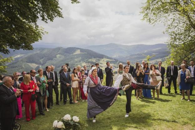 Aparecen dos de los amigos de María bailando el Aurresku, una danza tradicional vasca.