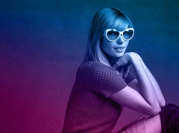 Jessica Hart con un modelo de gafas de la colección Miranda