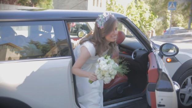 La novia llega a la iglesia para contraer matrimonio con Óscar en un precioso MINI blanco.