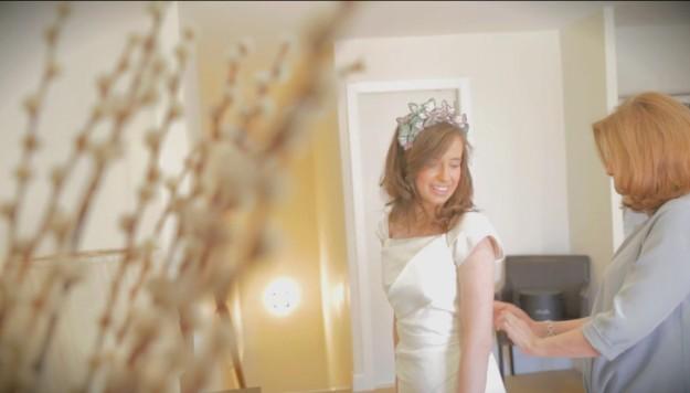 La novia en el momento de ponerse el vestido.