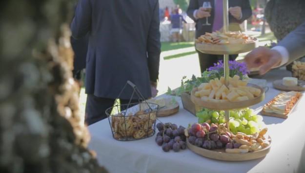 Una mesa con comida.
