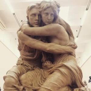 Escultura de una pareja abrazada.
