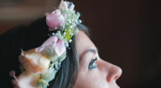 Novia con corona de flores.