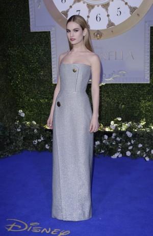 Lily James con un vestido de Balenciaga.