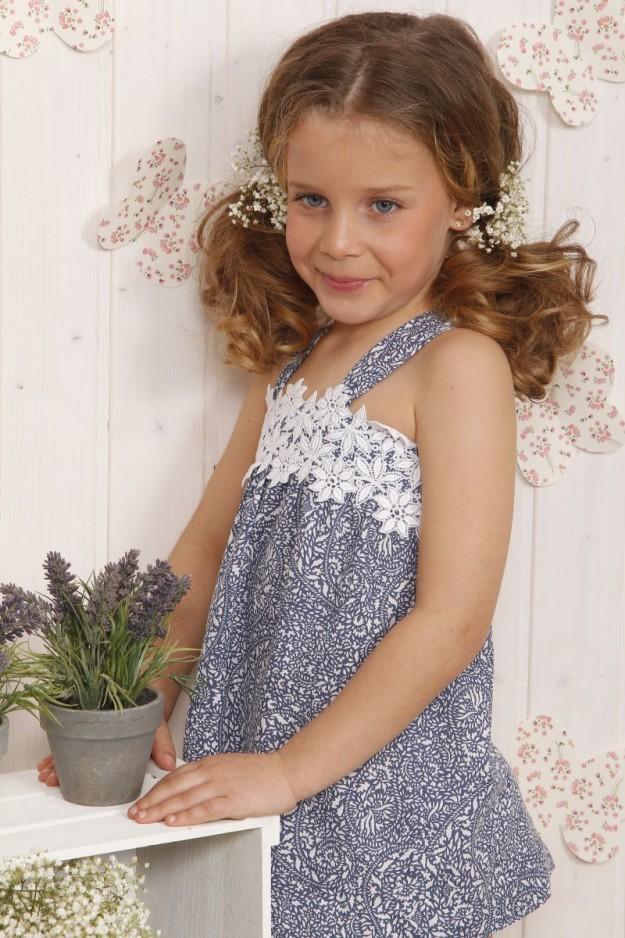Camisa infantil con florecitas.