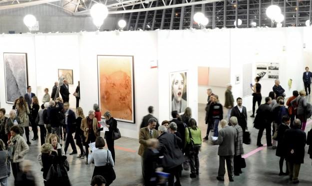 Galería de arte con gente.