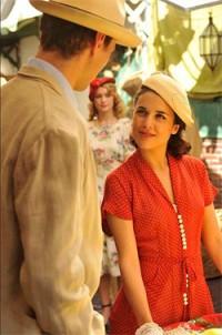 Adriana Ugarte y Peter Vives protagonizaron la versión televisiva de El tiempo entre costuras