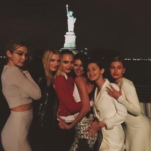 Gigi Hadid, Lily Donaldson, Cara Delevingne, Kendall Jenner, Bella Hadid y Hailey Baldwin en la cena privada en vísperas del desfile de Chanel en Nueva York.