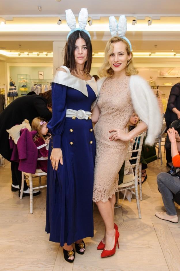 Julia Restoin Roitfeld y Charlotte Olympia en la presentación de la colección en Harrods.