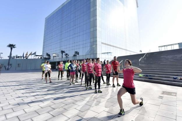 Isabel del Barrio enseña ejercicios para ganar fuerza.