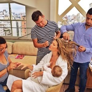 Gisele Bündchen fue la pionera mostrándose dando el pecho a su bebé mientras le maquillaban y peinaban para una sesión de fotos.