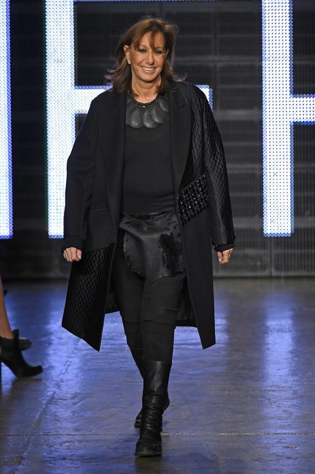 La diseñadora Donna Karan al final de su último desfile para DKNY.