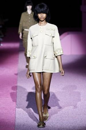 El estilo army se reinventa, encontrando looks tan femeninos como este de Marc Jacobs