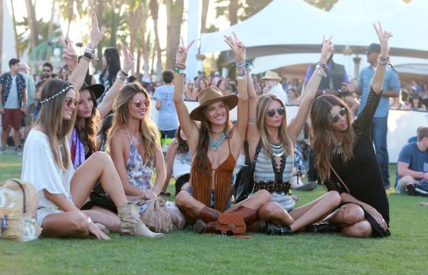 Alessandra Ambrosio con su séquito de amigas, todas cumpliendo a rajatabla con el 'dress code' Coachella.