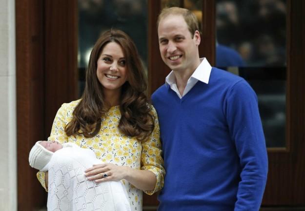 Kate Middleton y Guillermo de Inglaterra con el Príncipe Jorge en julio de 2014.