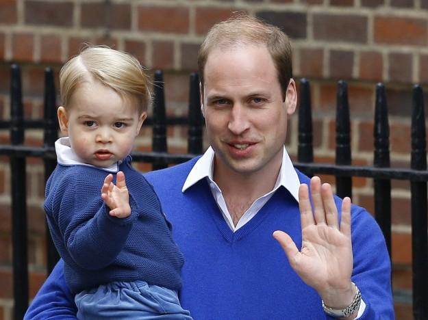 El Príncipe George, de casi dos años, junto a su padre, visitó a su nueva hermana horas después de su nacimiento.