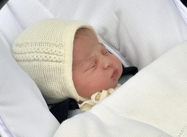 Charlotte Elizabeth Diana, Su Alteza Real, la princesa Charlotte de Cambridge, el mismo día de su nacimiento a la salida del hospital de St. Mary en Londres.