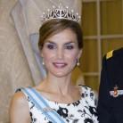 Doña Letizia estrena tiara en su puesta de largo en Europa