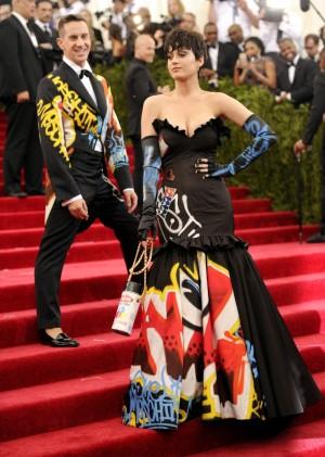 Katy Perry con un vestido-graffiti de Jeremy Scott para Moschino en la última gala MET, posa ante la atenta mirada del diseñador.
