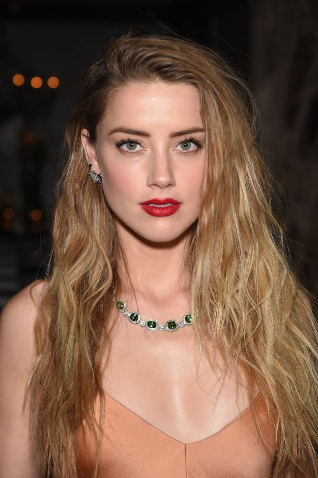 Amber Heard con collar de Tiffany & Co y labios rouge mate.