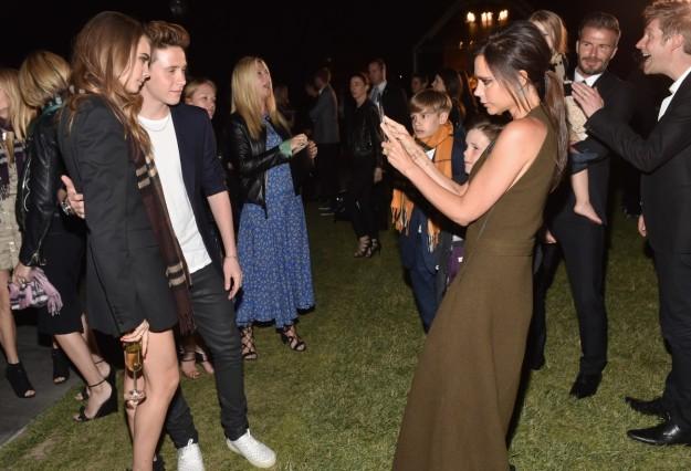 Victoria hace una foto a Brooklyn con Cara Delevingne.
