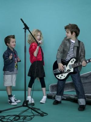 Niños con instrumentos musicales.