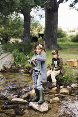 Niños pescando.