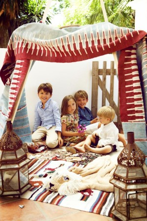 Niños jugando en una tienda de campaña.