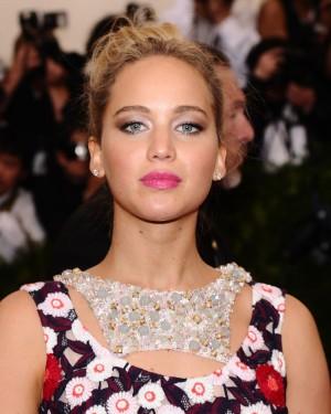 Jennifer Lawrence con labios fucsia.