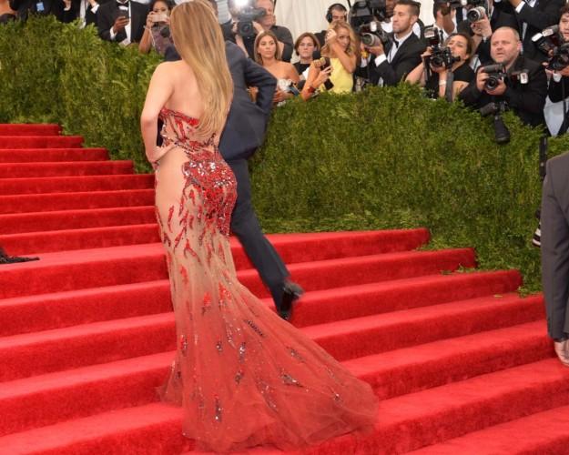 Jennifer Lopez marca trasero en la gala MET 2015