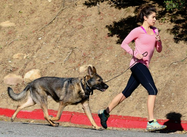 Nikki Reed sale a correr