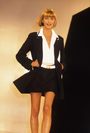 Desfilando para Donna Karan en 1994.