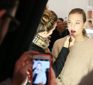 Alguien captura con su smartphone un momento de Karlie Kloss en el backstage de Carolina Herrera el pasado febrero.
