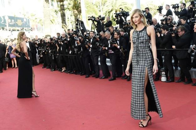 Las modelos y ex ángeles de Victoria's Secret Doutzen Kroes y Karlie Kloss posan ante los fotógrafos en la alfombra roja de Cannes.