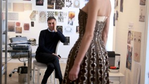 Fotograma de Dior and I, el documental que sigue a Raf Simons durante el proceso de creación de su primera colección para Dior.