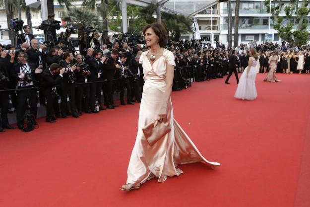 La ex modelo y diseñadora Inès de la Fressange pisaba la alfombra roja de Cannes estos días con sandalias planas.