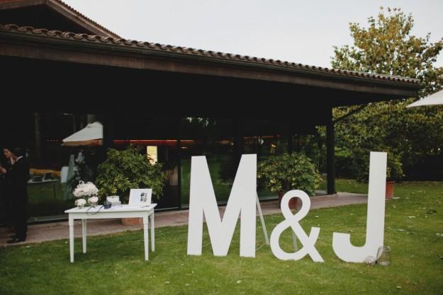 Las iniciales de los novios sirvieron como motivo de una de las decoraciones del banquete.
