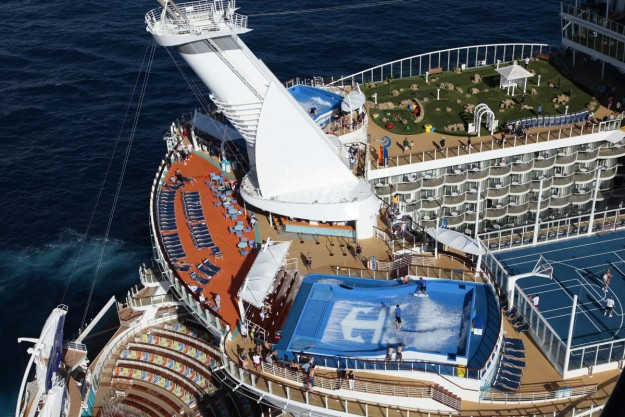 En la cubierta 16, la diversión está asegurada: simulador de surf, piscinas, minigolf, jacuzzis colgantes... ¡Planes para toda la familia!