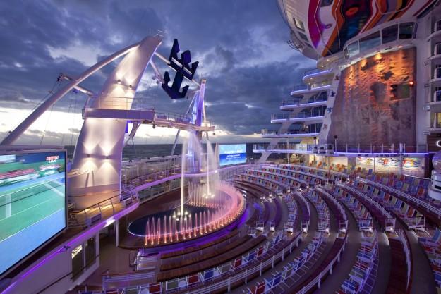 En Aquatheater tiene lugar un increíble espectáculo de saltos acrobáticos.