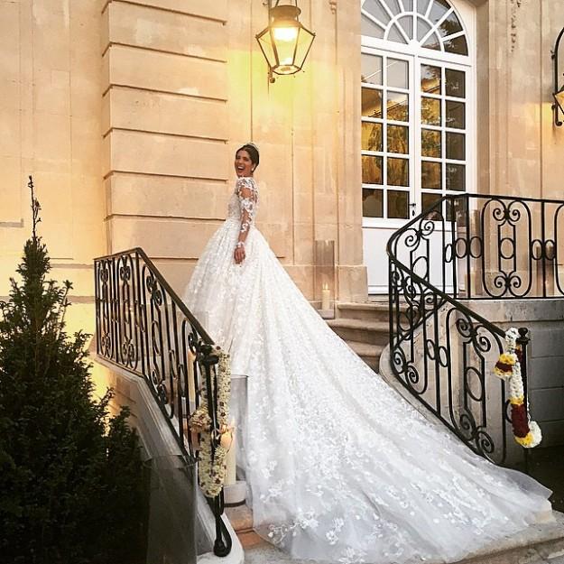 El vestido que Noor Fares lució en su boda lo firma Giambattista Valli y tiene una cola impresionante