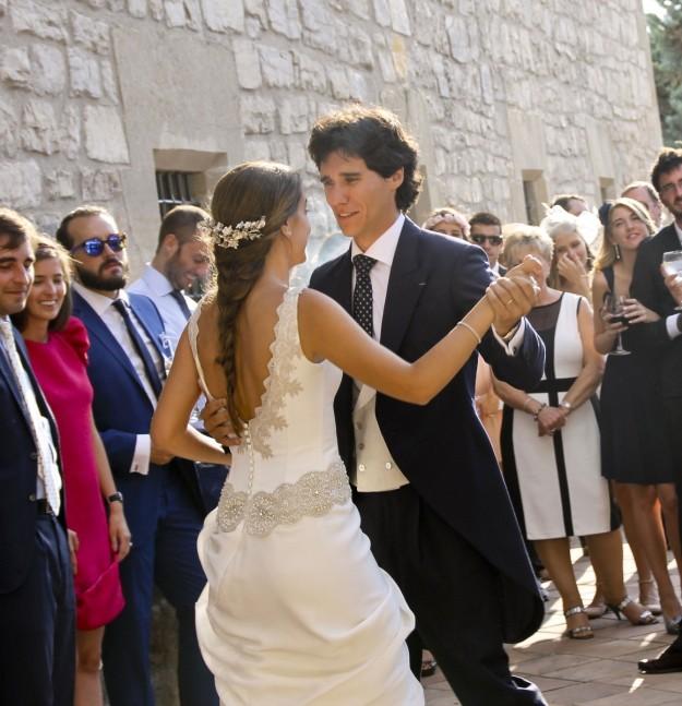 Novios bailando Take this Waltz de Leonard Cohen.