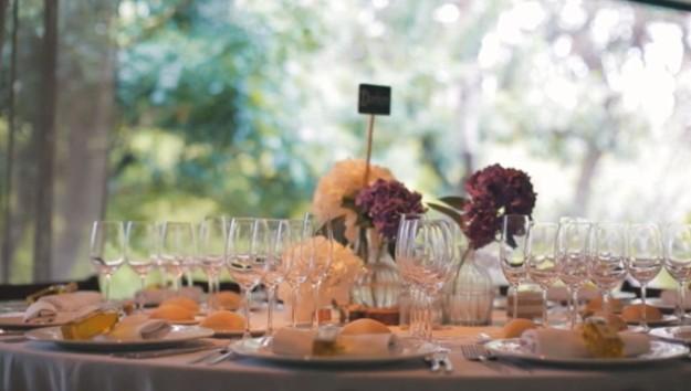 Mesa boda decoración rural, blanco, morado y verde.