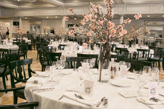 Los centros de mesa eran jarrones de 60cm llenos de ramas de almendro con flores blancas y rosas.